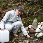 Ulrich Weiner schöpft frisches Quellwasser