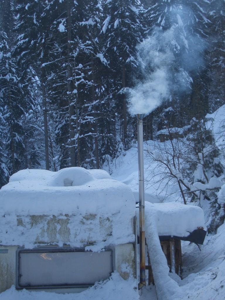 Wohnwagen nach starkem Schneefall